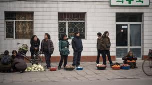 Rau quả được bày bán dọc đường ở khu kinh tế đặc biệt Kaesong. Ảnh chụp tháng 11/2016