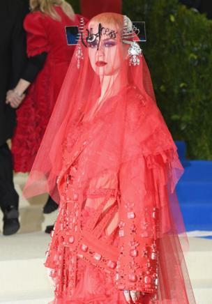 パーティー組織副委員長の歌手ケイティー・ペリーさんは、赤いチュールのドレス姿