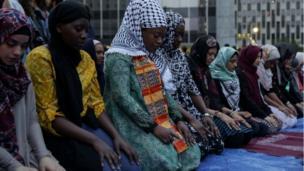 Wadansu mata Musulmi lokacin da suke sallar Magriba bayan shan ruwa a birnin New York na Amurka ranar Litinin
