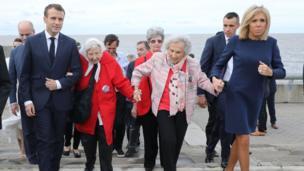 Tổng thống Pháp và vợ, bà Brigitte, thăm Công viên Remembrance ở Buenos Aires, nơi vinh danh 30.000 người mất tích hoặc bị giết dưới chế độ quân sự của Argentina thời kỳ 1976-1983. Họ nắm tay nhau đi bộ cùng với các nhà vận động kỳ cựu Vera Vigevani de Jarach và Lita Boitano