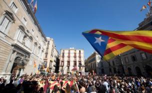 مئات من الطلاب يلوحون بعلم الاستقلال في مدينة برشلونة