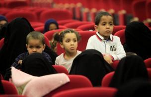 En voile intégral noire, des femmes islamistes dans un centre de réhabilitation. Tripoli - Libye