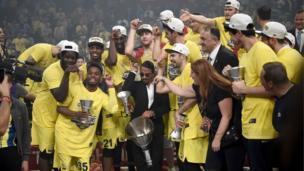 Et şefi Nusret Fenerbahçeli oyuncularla kupaya tuz dökme işareti yapıyor.