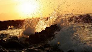 موج يرتطدم بالصخر
