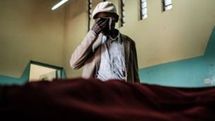 Election au Kenya boycottée par l'opposition. Les violences ont fait plusieurs morts. Ici, le père d'une des victimes devant le corps de son fils.