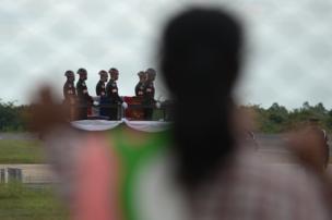 ร่างของ จ.อ. สมาน ถูกเคลื่อนขบวนออกไปยังวัดบ้านหนองคู โดยตลอดเส้นทาง มีประชาชนชาวร้อยเอ็ดมายืนต้อนรับเป็นจำนวนมาก