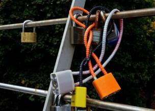 Intertwined coloured locks