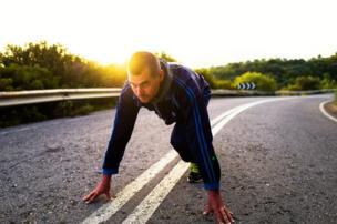 Hombre a punto de correr