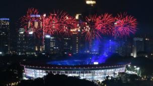 Pháo hoa sáng rực trên sân vận động Gelora Bung Karno