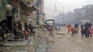 Сириялык аскерлер Фардоско келген жашоочуларды тосуп алууда. Сириялык укук коргоочулардын маалыматына караганда Алеппо чыгышында көтөрүлүшчүлөр алты районду таштап чегинди.