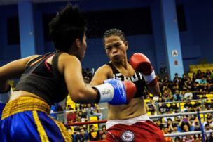 Huang Wensi fights against Thailand's Jarusiri Rongmuang