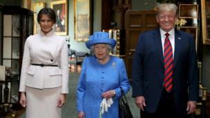 Nữ hoàng Elizabeth Đệ nhị đứng cạnh Tổng thống Donald Trump và Đệ nhất Phu nhân Melania Trump bên trong Lâu đài Windsor