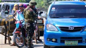Trạm kiểm soát bên người ngoài Marawi.