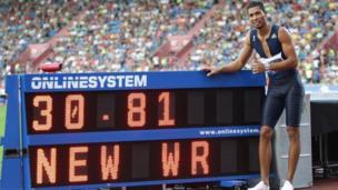 Le Sud-Africain Van Niekerk, meilleure performance de tous les temps sur 300 m.