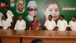 அதனை தொடர்ந்து இன்று அதிமுக அலுவலகத்தில் சசிகலாவின் தலைமையில் சட்டமன்ற உறுப்பினர்கள் கூட்டம் நடைபெற்றது
