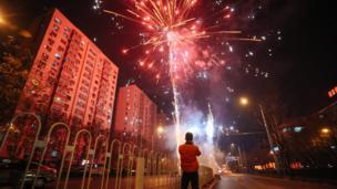 北京民众新年一到燃放焰火