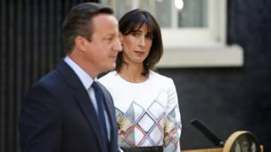 Британиянын мурунку премьер-министри Дэвида Кэмерон кызматтан кетип жатканын жарыялаганда, жетекчинин жубайы Самантанын эмоциясы чагылдырылган