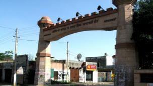 ఖట్కర్ కలాన్ గ్రామం ప్రధాన ద్వారం
