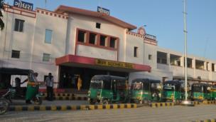 ગોધરાના આ રેલવે સ્ટેશને વર્ષ 2002માં સાબરમતી એક્સ્પ્રેસના એક્સ્પ્રેસના એસ-6 ડબ્બામાં આગ લગાડવામાં આવી હતી જેમાં 59 લોકોનાં મોત થયા હતા આ ઘટનાના 15 વર્ષ બાદ ગુજરાતની સામાજિક અને રાજકીય સ્થિતિમાં મોટું પરિવર્તન આવ્યું છે.