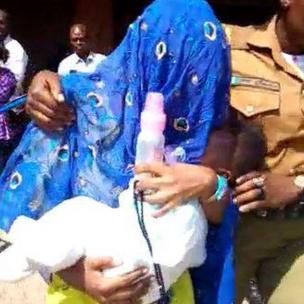 Matar da ake zargi da kashe mijinta, Maryam Sanda, bayan ta halarci zaman wata babbar kotu da ke Abuja ranar Alhamis