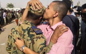 Wannan hoton wani dan Sudan ne a Khartoum yana sumbatar wani sojan kasar bayan da sojoji suka hambare Omar al-Bashir daga mulki.
