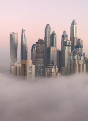 Rascacielos de Dubái en medio de la niebla