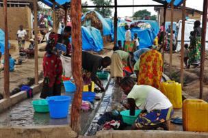 Des femmes déplacées en train de faire leur lessive au sein du site.