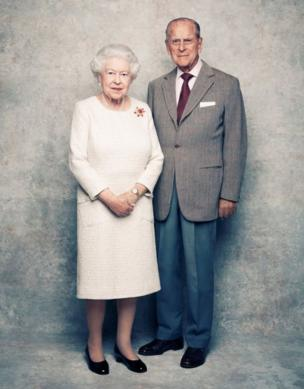 Dis photo na part of di different picture wey celebrity photographer Matt Holyoak snap di Queen and Duke of Edinburgh as dem celebrate dia 7o years wedding anniversary.