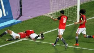 احتفالات اللاعبين مع محمد صلاح بعد إحرازه هدف التأهل من ركلة جزاء