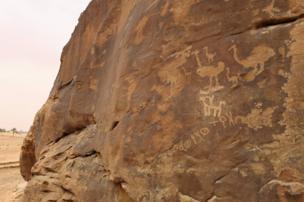Grabados en una piedra en Jubbah