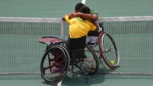 لاعبا تنس معاقان على مقاعد متحركة