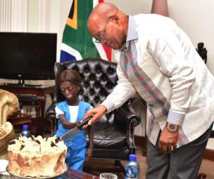 Le président Jacob Zuma et une jeune Sud-africaine souffrant d'un trouble génétique rare vieillissement prématuré lors de ses 18 ans.