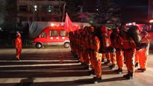 甘肃陇南消防集结赶赴震感明显的文县救援