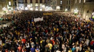 Protesta contra la sentencia del Tribunal Supremo español en la plaza Sant Jaume de Barcelona