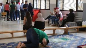 لبناني مسلم يصلي أمام إحدى اللجان في مدينة النبطية، جنوبي لبنان