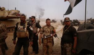 الميجور سلام جاسم (في المنتصف) قائد قافلة مدرعات، شارك في جميع المعارك تقريبا ضد تنظيم الدولة الإسلامية، الذي سيطر على الموصل منذ يونيو/حزيران عام 2014 قبل الاستيلاء على معظم الأراضي في شمالي وغربي العراق. وأصيب الميجور جاسم في مدينة الفلوجة التي استعادت القوات العراقية السيطرة عليها في يونيو/حزيران الماضي