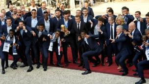 Les joueurs français posent avec Emmanuel Macron, le président français après leur retour de Russie.