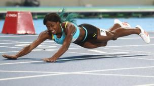 Shaunae Miller se desliza a la meta en la final de los 400 metros