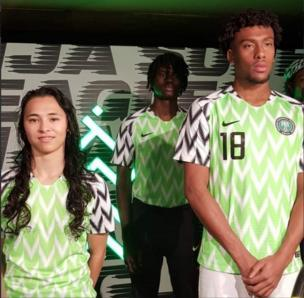 Iwobi and models in Super Eagles jersey
