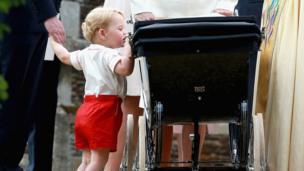 喬治小王子看躺在童車裏的夏洛特公主