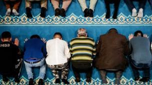 নেদারল্যান্ডের একটি মসজিদে মুসলিমদের প্রার্থনা