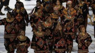 L'équipe camerousaine en tenue traditionnelle toghu.