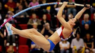 Yelena Isinbaeva en el salto de altura
