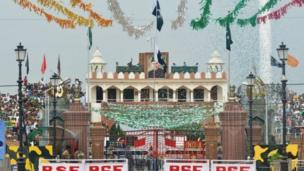 People gather as them raise Pakistan flag at Wagah, wey be land border between Pakistan and India