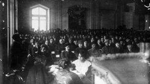 AXC parlamentinin iclası - Birinci sırada ADR-in Milli Şurasının sədri M. Rəsulzadə