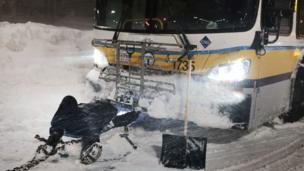 bus mogok di jalanan bersalju