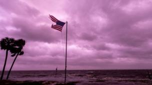 بدھ کی شام فلوریڈا کے علاقے پین ہینڈل میں آنے والے 'مائیکل' نامی سمندری طوفان کو تیسری درجے کا طوفان قرار دیا گیا جس میں 200 کلومیٹر فی گھنٹہ کی رفتار سے ہواؤں سے تباہی ہوئی۔