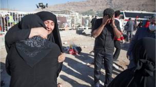 ઈરાન-ઇરાક સરહદ પર ધરતીકંપને કારણે રસ્તા પર ઉતરી આવેલા પીડિતોની તસવીર