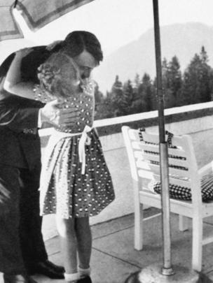 Hitler abrazando a una niña.