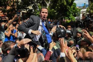 वेनेज़ुएला में विपक्ष के नेता ख़्वान गाइदो राजधानी कराकस में नेशनल असेंबली में जाने की कोशिश करते हुए.